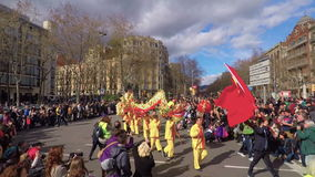 Partecipanti della parata di Dragon Chinese New Year a Barcellona stock footage