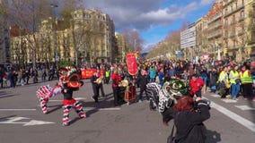 Partecipanti della parata di Dragon Chinese New Year a Barcellona archivi video