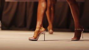Partecipanti di concorso di bellezza che camminano in scena, bei modelli che posano alla manifestazione video d archivio