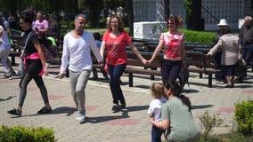 Partecipanti di dancing della festa in Pomorie in Bulgaria stock footage