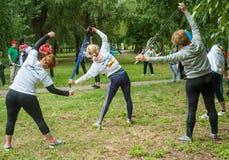 Partecipanti di scaldarsi di camminata nordico di maratona Fotografie Stock Libere da Diritti