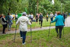 Partecipanti di scaldarsi di camminata nordico di maratona Immagini Stock