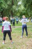 Partecipanti di scaldarsi di camminata nordico di maratona Immagini Stock Libere da Diritti