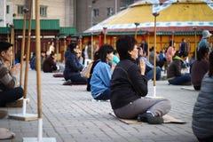 Partecipanti di una cerimonia buddista all'aperto Immagine Stock