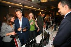 Partecipanti e visitatori a di affari dei produttori e dei fornitori dei vini e dell'alimento italiani vinitaly Fotografia Stock Libera da Diritti
