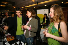 Partecipanti e visitatori a di affari dei produttori e dei fornitori dei vini e dell'alimento italiani vinitaly Immagini Stock