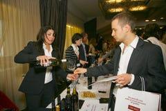 Partecipanti e visitatori a di affari dei produttori e dei fornitori dei vini e dell'alimento italiani vinitaly Fotografie Stock