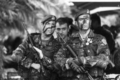 Partecipanti ed attrezzature militari durante la parata militare al giorno di festa nazionale della rinascita nazionale Grecia o  Immagini Stock Libere da Diritti
