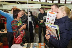 Partecipanti ed ospiti di un programma di costruzione di alloggi mostra-reale aperto di seminario della proprietà Fotografia Stock