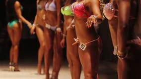 Partecipanti femminili della concorrenza di culturismo che posano in scena, enti ideali stock footage