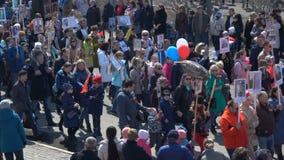 Partecipanti immortali di evento del reggimento di azione russa ad uniforme militare stock footage