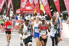 Partecipanti maschii e femminili che corrono nei 2014 camerati Marath Immagine Stock