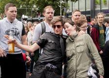 Partecipanti non identificati durante la parata di gay pride Immagini Stock