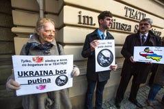 Partecipanti non identificati durante la protesta vicino all'opera di Cracovia, contro portare le truppe russe in Crimea Immagine Stock