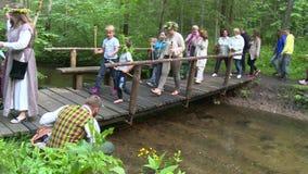 Partecipanti pagani di festival sul ponte di legno video d archivio