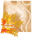 Partecipazione di nozze di autunno con gli anelli dorati Immagine Stock