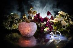 Partecipazione di nozze, fedi nuziali Mazzo di nozze, fondo Ramo di fioritura con i fiori delicati bianchi su superficie di legno immagini stock