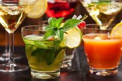 Partei Cocktails und longdrinks für Sommer Stockfotografie