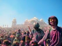 Partei der glücklichen Menschen am Holi-Festival von Farben in der spanischen Gabel, Utah lizenzfreies stockfoto