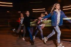 Partei der jungen Leute in der Stadt Unscharfer Hintergrund lizenzfreies stockfoto