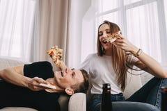 Partei, Freundschaft, Nahrungsmittellieferung, Leute essen Pizza stockfotografie