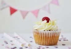 Partei-Konzept des Geburtstags-kleinen Kuchens Stockfoto
