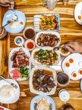 Partei mit geschmackvollen Tellern stockbilder