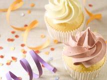 Partei mit Konfettis und kleinen Kuchen Stockbild
