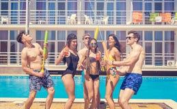 Partei von Freunden an smimming Pool Stockbild
