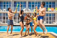 Partei von Freunden an smimming Pool Lizenzfreie Stockfotos