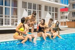 Partei von Freunden an smimming Pool Stockfoto