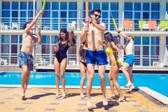 Partei von Freunden an smimming Pool Lizenzfreies Stockfoto