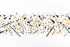 Parteidekorationen Minimalistic Halloween von der Draufsicht der schwarzen und orange Konfettis Flache Lage lizenzfreie stockfotografie