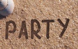 Parteieinladung gezeichnet auf einen Sand lizenzfreies stockbild