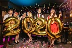 Parteifeier des neuen Jahres mit Freunden stockbild