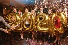 Parteifeier des neuen Jahres mit Freunden lizenzfreies stockfoto