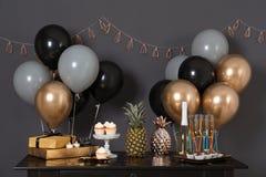 Parteifestlichkeiten und -einzelteile auf Tabelle lizenzfreie stockbilder