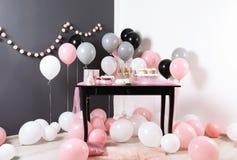 Parteifestlichkeiten und -einzelteile auf Tabelle im Raum stockbilder