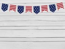 Parteiflaggen auf hölzernem Hintergrund 4. Juli kennzeichnen Unabhängigkeitstag, Karte, Einladung in USA Farben Draufsicht, leere Stockfotografie