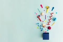 Parteigegenstände in einer Geschenkbox lizenzfreie stockfotografie