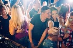 Parteileute, die selfie nehmen Stockfoto