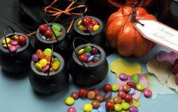 Parteitabelle Halloweens Süßes sonst gibt's Saures. Abschluss oben. Stockbild