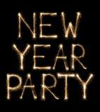 Parteitext des neuen Jahres geschrieben mit Wunderkerzefeuerwerk Stockfoto