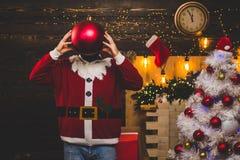 Parteiweihnachten Bombentext-Kopienraum Lustiger Weihnachtsmann Weihnachten Weihnachtsmann mit Bombe lizenzfreie stockfotografie