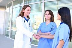 Partenariat d'équipe médicale de femmes Photographie stock