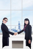 Partenariat de femmes d'affaires avec l'ordinateur portatif dans le bureau Image libre de droits