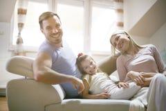 Partens felizes com filha em casa fotografia de stock
