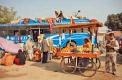 Partenza aspettante di molta gente sull'autostazione di piccola città indiana Fotografia Stock Libera da Diritti