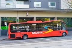 Partenza aspettante di SkyBus fuori di un hotel a Melbourne Immagini Stock Libere da Diritti