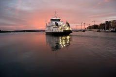 Partenza della nave dal porto Fotografia Stock